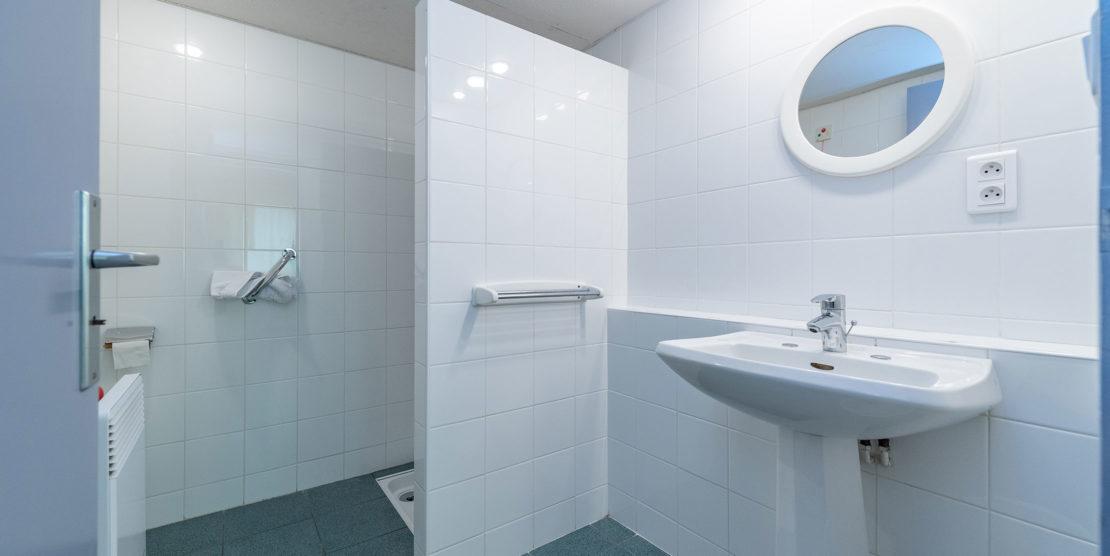 Chaque chambre dispose de sanitaires.