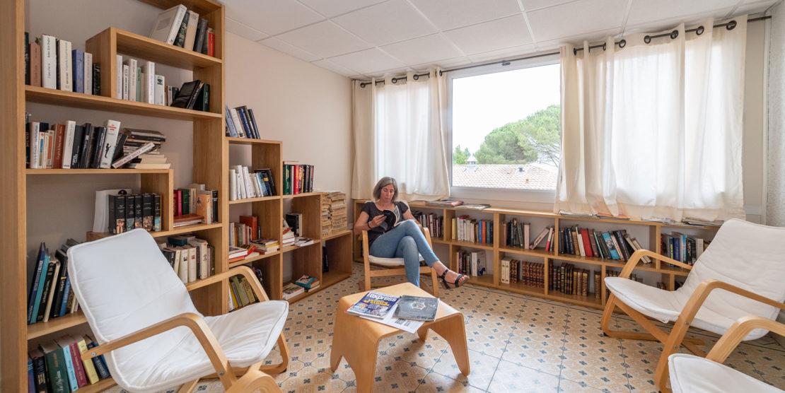 Un espace bibliothèque où les livres sont en accès libre.